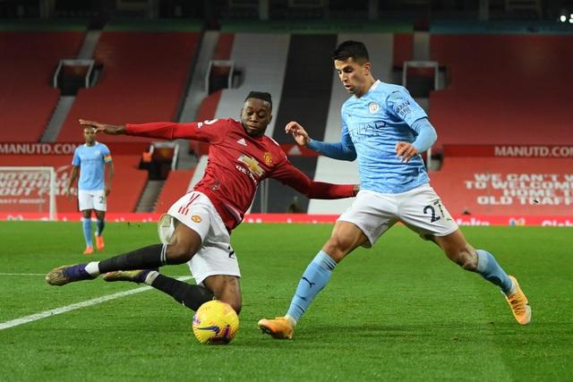 Những khoảnh khắc Man Utd và Man City bắt tay chia điểm - 6