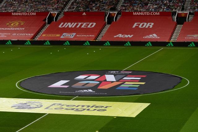 Những khoảnh khắc Man Utd và Man City bắt tay chia điểm - 1