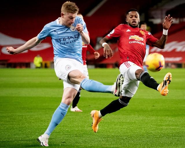 Những khoảnh khắc Man Utd và Man City bắt tay chia điểm - 4