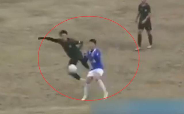 Cầu thủ Trung Quốc gây phẫn nộ khi đạp thẳng vào chỗ hiểm đối thủ - 2
