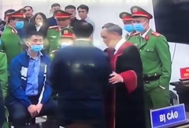 Chủ tọa phiên tòa nói về việc bắt tay bị cáo Nguyễn Đức Chung sau tuyên án! - 2