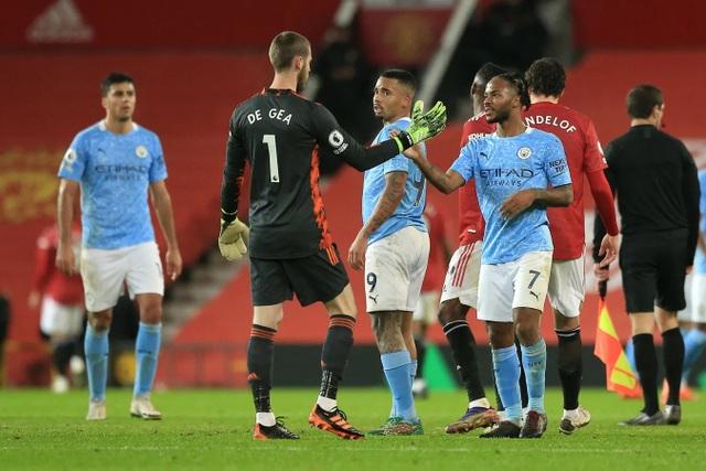 Những khoảnh khắc Man Utd và Man City bắt tay chia điểm - 19