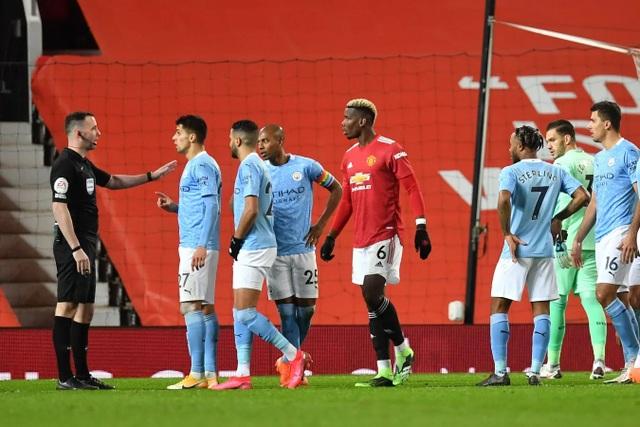 Những khoảnh khắc Man Utd và Man City bắt tay chia điểm - 15