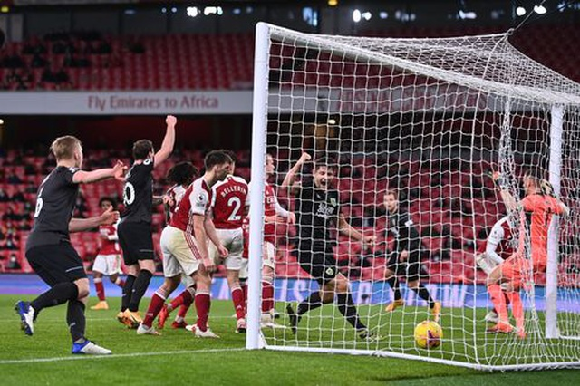 Xhaka bị đuổi, Aubameyang đốt đền, Arsenal lún sâu vào khủng hoảng - 2