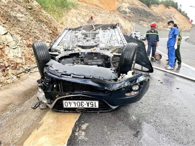 Xế hộp tông vách núi, lật ngửa và bốc cháy, tài xế tử vong trong xe - 1