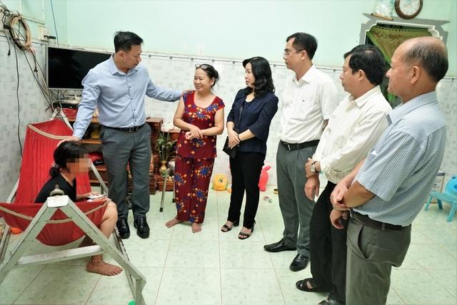 Chủ tịch UBND tỉnh Tây Ninh Nguyễn Thanh Ngọc cùng lãnh đạo Công an tỉnh, Sở Lao động - Thương binh & Xã hội và Sở Giáo dục & Đào tạo đến thăm hỏi, động viên cháu B.N. sau vụ va chạm giao thông