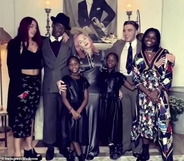 Madonna chia sẻ hình ảnh hạnh phúc bên con nuôi - 6