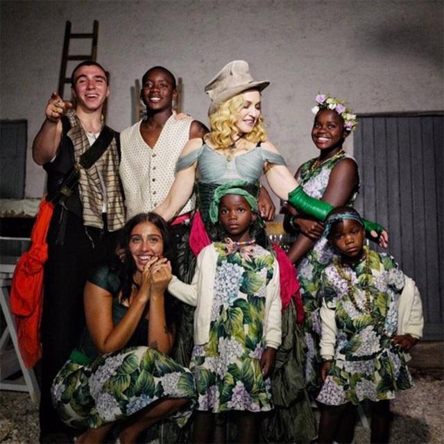 Madonna chia sẻ hình ảnh hạnh phúc bên con nuôi - 8