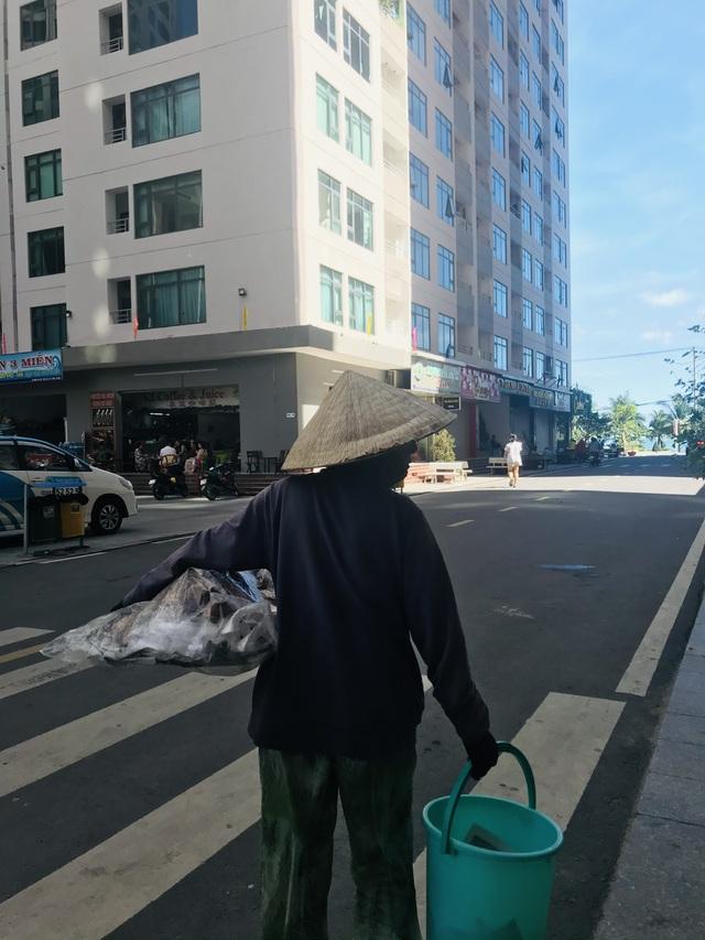 Người già mưu sinh giữa thành phố du lịch những ngày cuối năm - 5