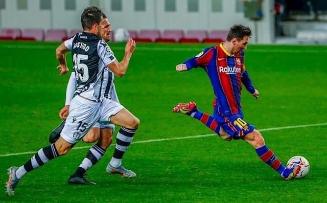 Messi nổi nóng vì bị trọng tài... cản đường - 2