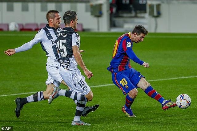 Trước thềm đấu Real Sociedad, HLV Koeman bất ngờ nịnh Messi - 2