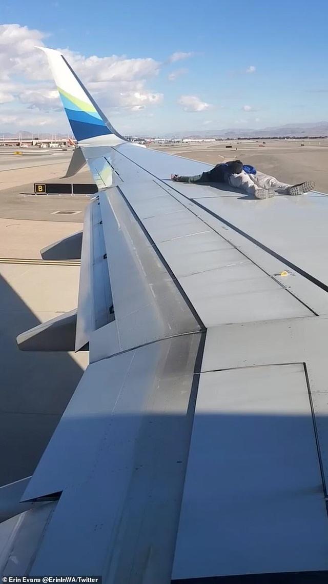 Người đàn ông thản nhiên trèo lên cánh máy bay sắp khởi hành - 2