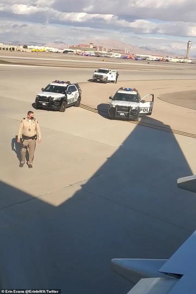 Người đàn ông thản nhiên trèo lên cánh máy bay sắp khởi hành - 3