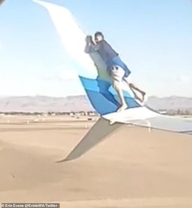 Người đàn ông thản nhiên trèo lên cánh máy bay sắp khởi hành - 4