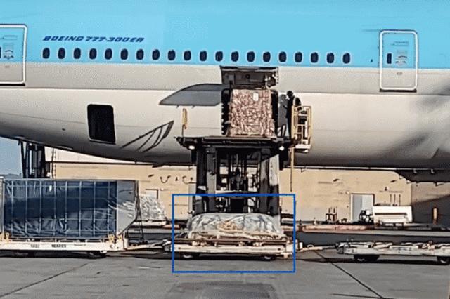 Xót xa nhìn linh cữu cố danh hài đơn độc được chuyển từ máy bay tại Mỹ - 2