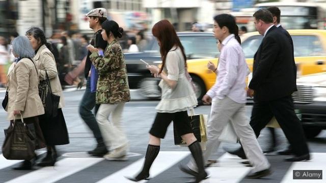 Thành phố cấm sử dụng điện thoại khi đi bộ - 2