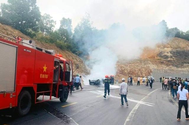Xế hộp tông vách núi, lật ngửa và bốc cháy, tài xế tử vong trong xe - 2