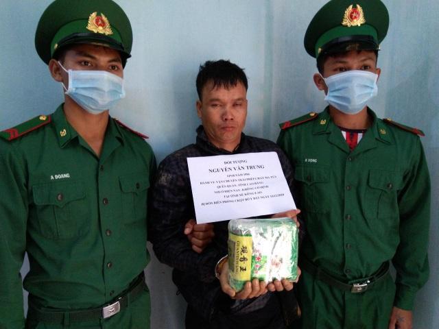 Bắt đối tượng vận chuyển 1kg ma túy trên vùng biên giới - 1
