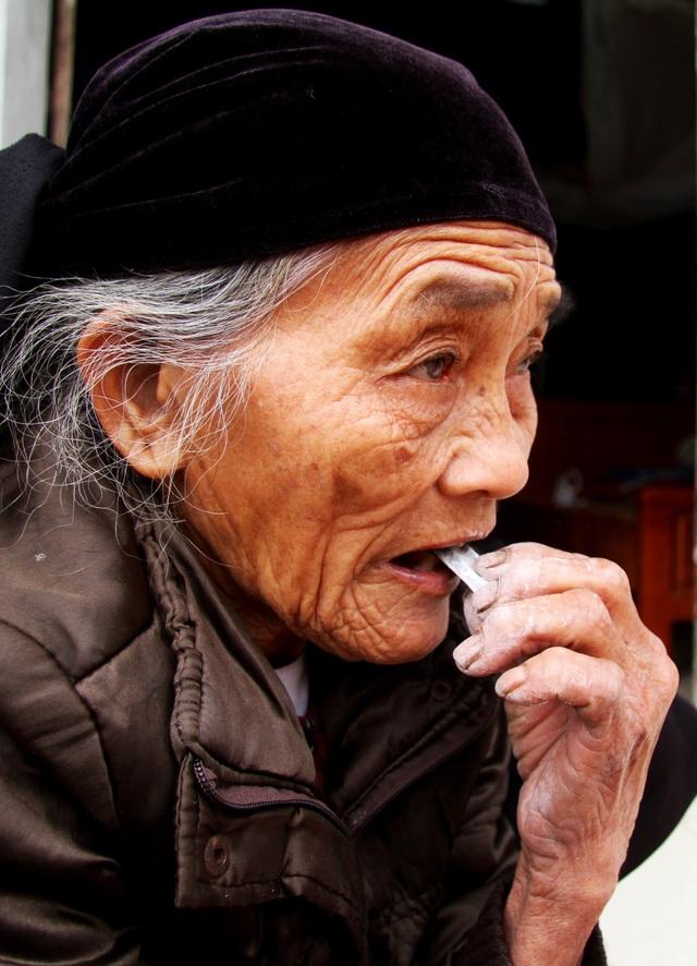 Cụ bà U90 ăn đất cuối cùng ở ngôi làng chuyện lạ Việt Nam - 11