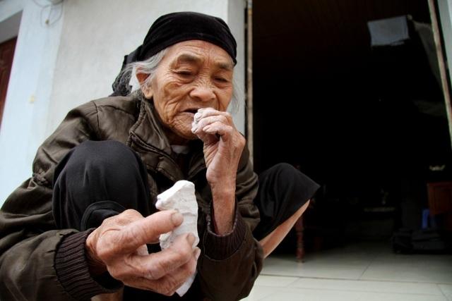 Cụ bà U90 ăn đất cuối cùng ở ngôi làng chuyện lạ Việt Nam - 6