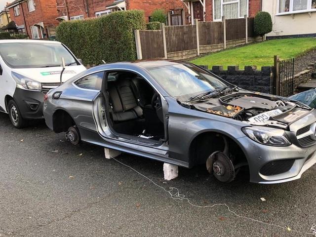 Trộm tháo dỡ ô tô ngay trước cửa nhà, chủ không hề hay biết - 3