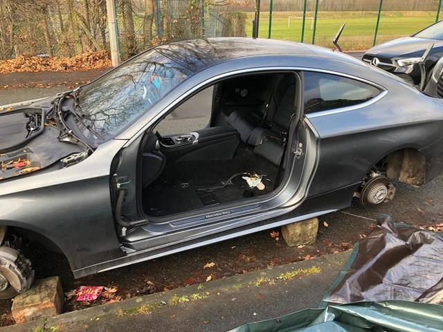 Trộm tháo dỡ ô tô ngay trước cửa nhà, chủ không hề hay biết - 2