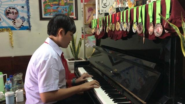 Cậu học sinh phố núi giành nhiều giải thưởng về âm nhạc - 1