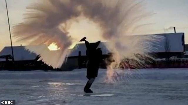 Nước sôi sùng sục đóng băng trong tích tắc giữa nền nhiệt  -44 độ C - 2