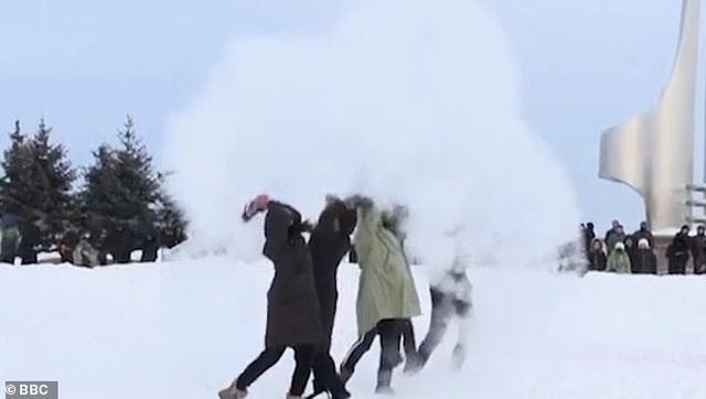 Nước sôi sùng sục đóng băng trong tích tắc giữa nền nhiệt  -44 độ C - 3
