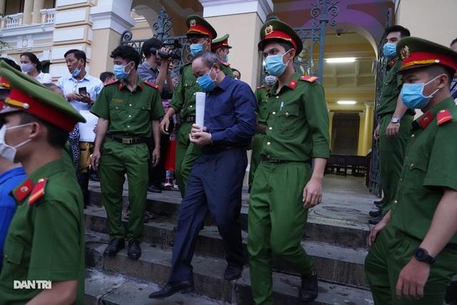 Cựu Thứ trưởng Nguyễn Hồng Trường: Bị cáo cảm thấy rất xót xa... - 2