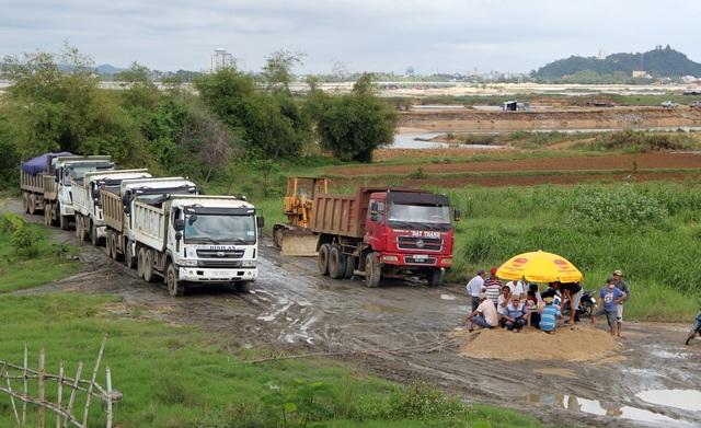 Phú Yên: Đường dân sinh bị băm nát, dân phẫn nộ chặn xe chở cát - 3