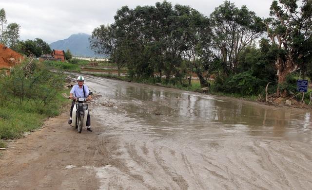 Phú Yên: Đường dân sinh bị băm nát, dân phẫn nộ chặn xe chở cát - 2