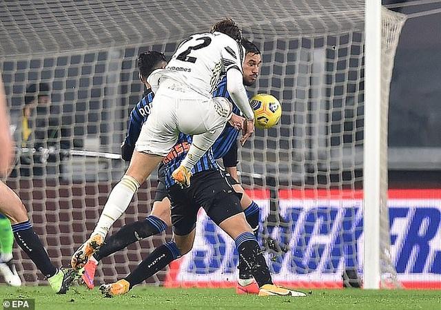 C.Ronaldo đá hỏng phạt đền, Juventus rơi điểm đáng tiếc - 1