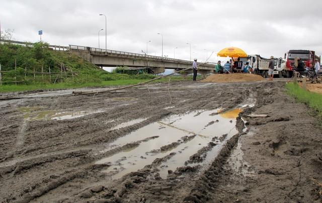 Phú Yên: Đường dân sinh bị băm nát, dân phẫn nộ chặn xe chở cát - 5