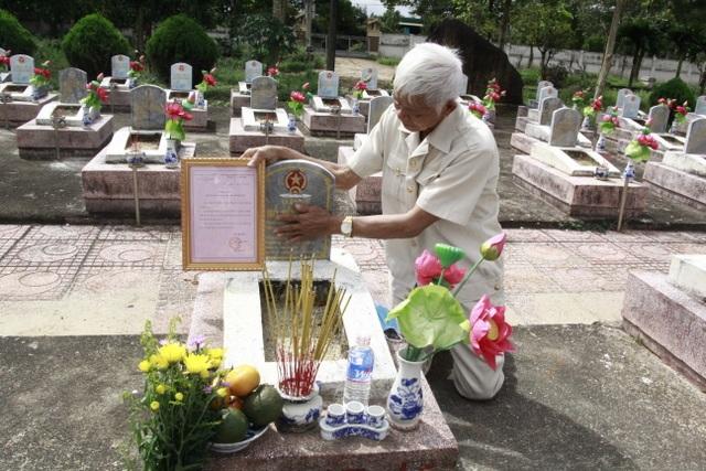 Nước mắt hạnh phúc khi tìm được phần mộ liệt sĩ sau 46 năm tìm kiếm - 1