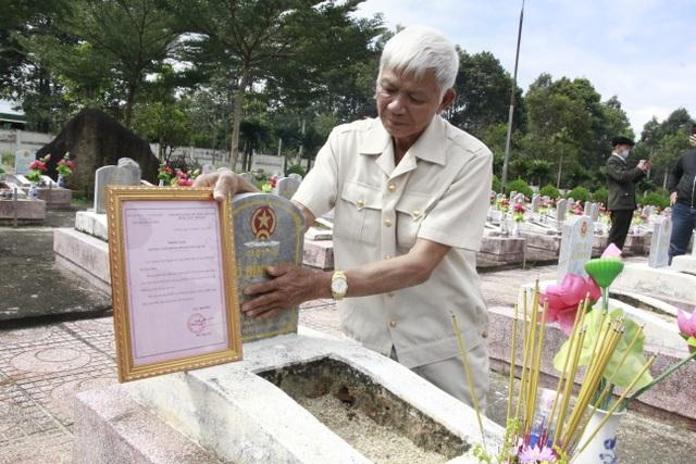 Nước mắt hạnh phúc khi tìm được phần mộ liệt sĩ sau 46 năm tìm kiếm - 2