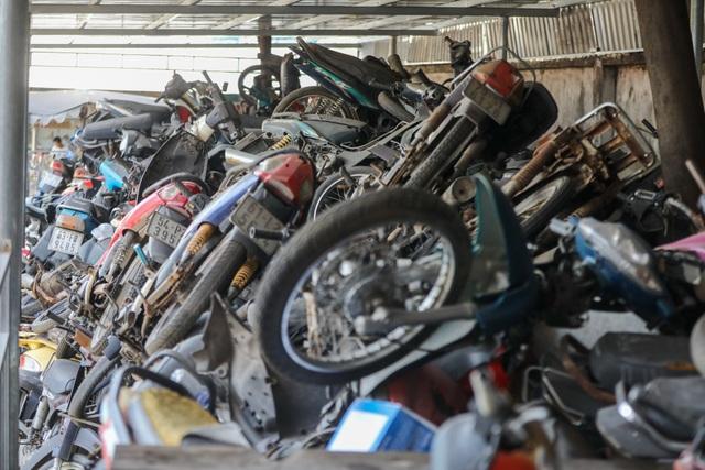 Hơn 500 chiếc xe máy vô chủ chất đống trong bến xe - 7