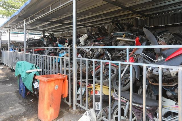 Hơn 500 chiếc xe máy vô chủ chất đống trong bến xe - 2