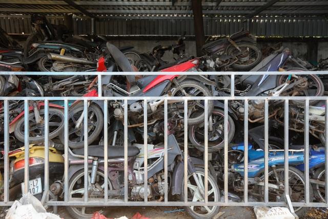 Hơn 500 chiếc xe máy vô chủ chất đống trong bến xe - 14