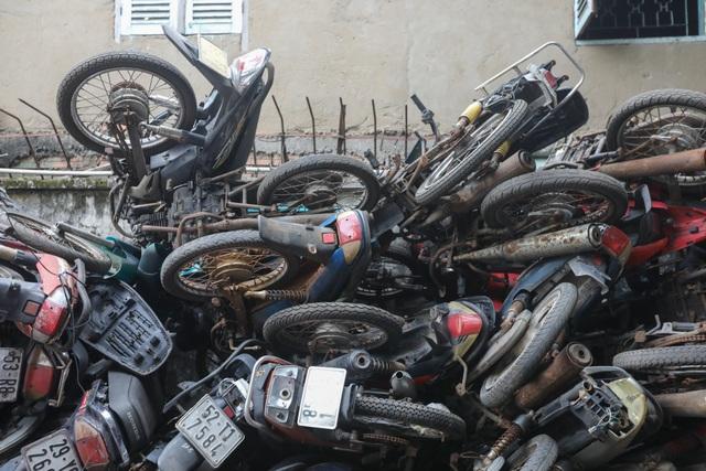 Hơn 500 chiếc xe máy vô chủ chất đống trong bến xe - 3