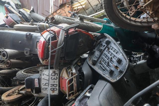 Hơn 500 chiếc xe máy vô chủ chất đống trong bến xe - 12