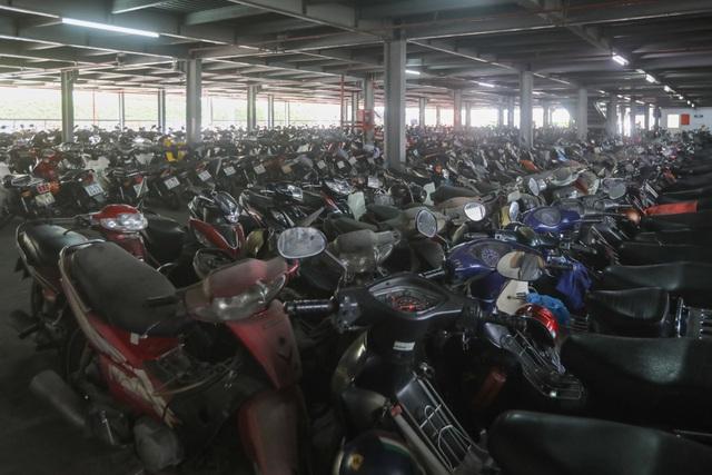 Hơn 500 chiếc xe máy vô chủ chất đống trong bến xe - 1