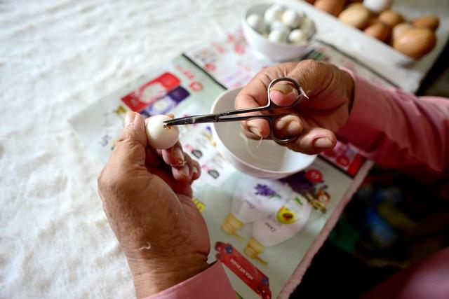 Biến vỏ trứng thành ông già Noel.jpg