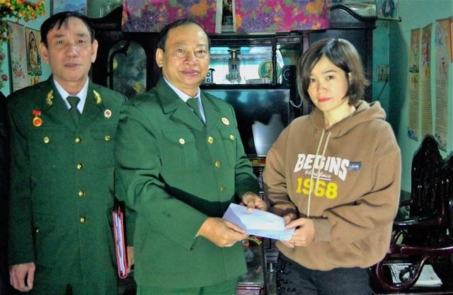 Tặng quà cho thân nhân các liệt sỹ hy sinh khi khắc phục lũ lụt ở Quảng Trị - 1