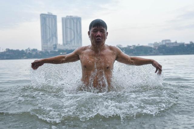 Bãi tắm tiên độc nhất Hà Nội giữa giá rét 12 độ C - 8