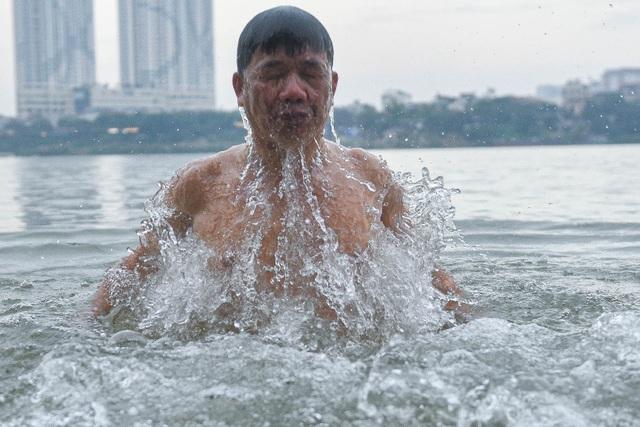 Bãi tắm tiên độc nhất Hà Nội giữa giá rét 12 độ C - 1