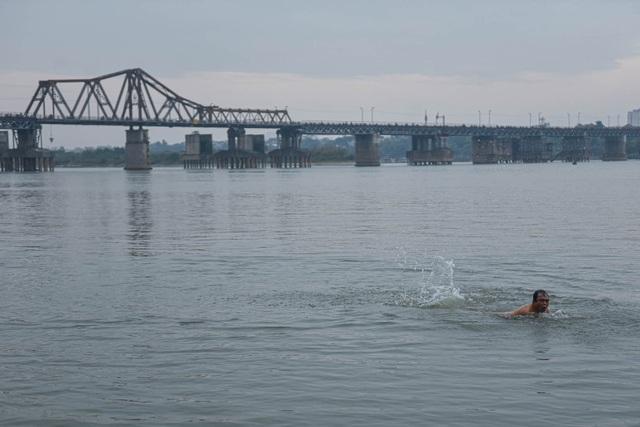 Bãi tắm tiên độc nhất Hà Nội giữa giá rét 12 độ C - 9