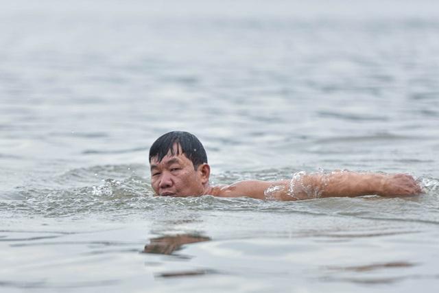 Bãi tắm tiên độc nhất Hà Nội giữa giá rét 12 độ C - 6
