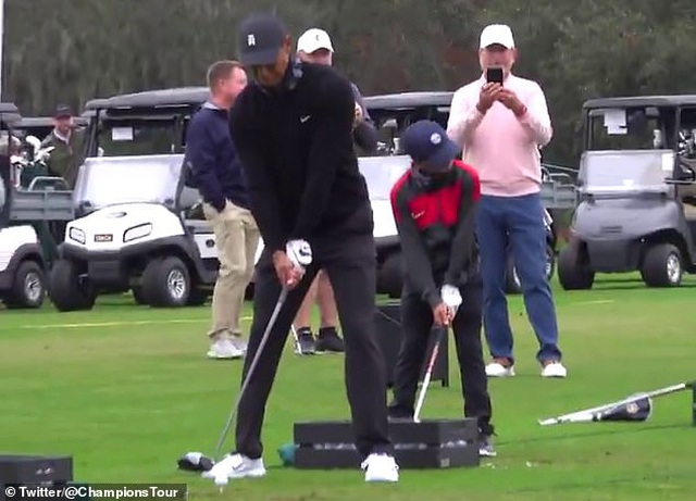 Hai cha con Tiger Woods gây sốt với cú phát bóng hoàn hảo - 1