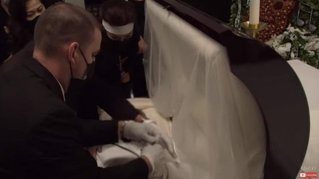 Bà xã Chí Tài nén đau thương, ôm chặt di ảnh chồng trong tang lễ tại Mỹ - 11